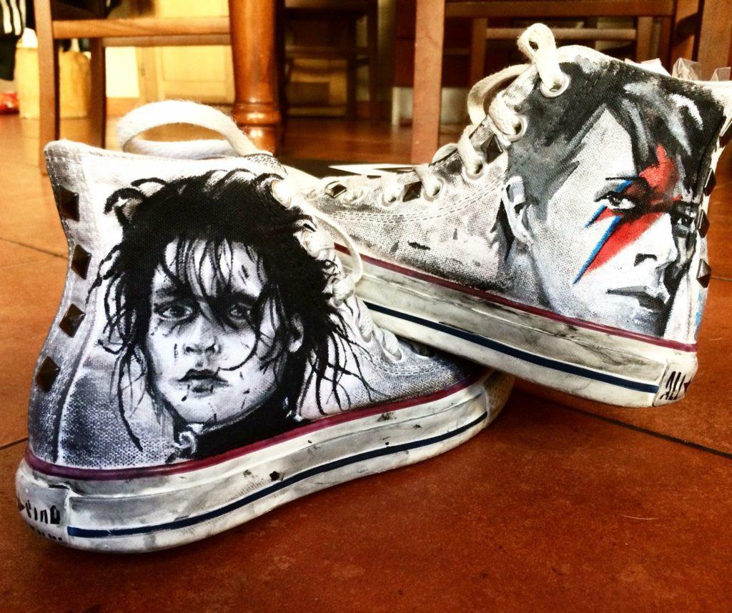 Idee regalo per lui e per lei: Scarpe All Stars personalizzate dipinte a mano con Edward mani di forbice e David Bowie