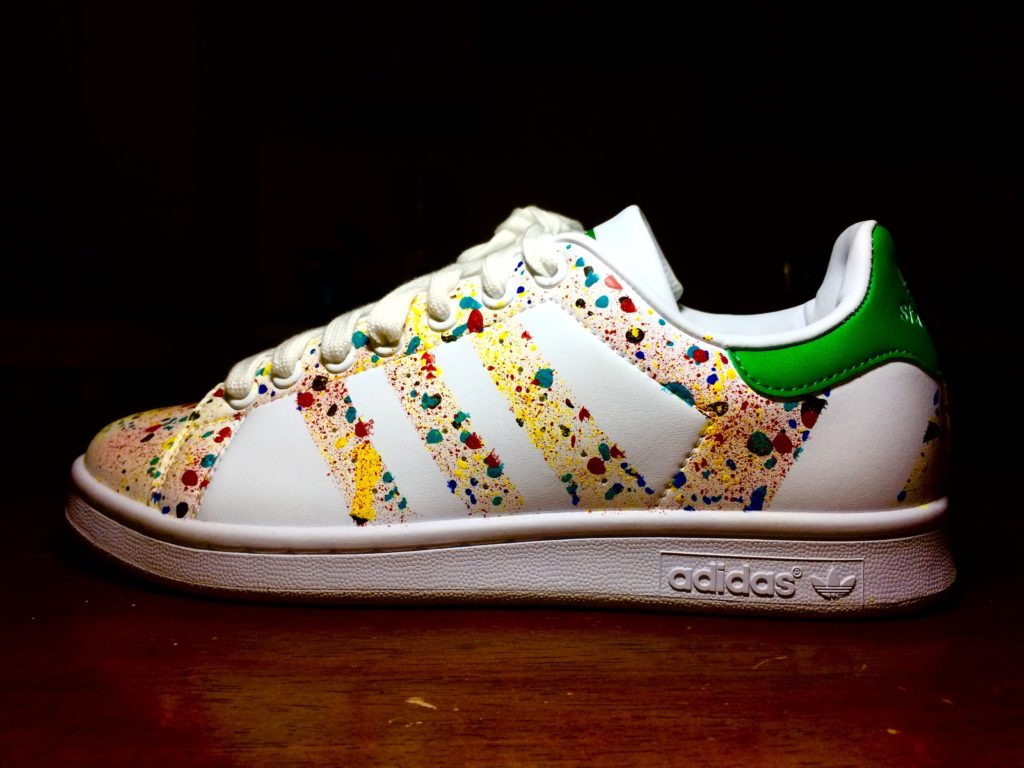 Scarpe Adidas personalizzate dipinte a mano a tema astratto